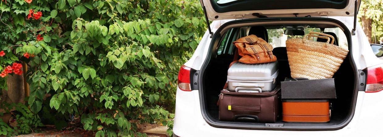 Auto met klep open en koffers erin.
