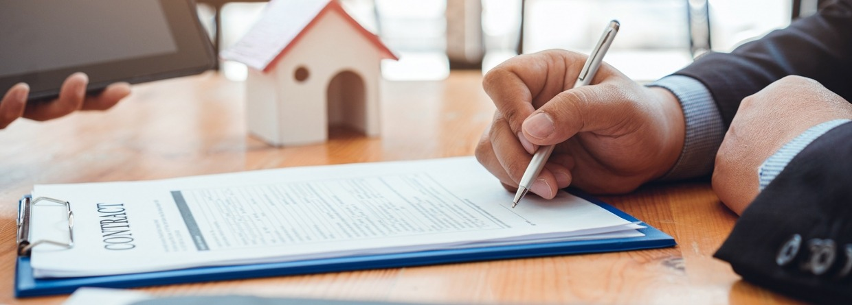 Man ondertekent werkgeversverklaring