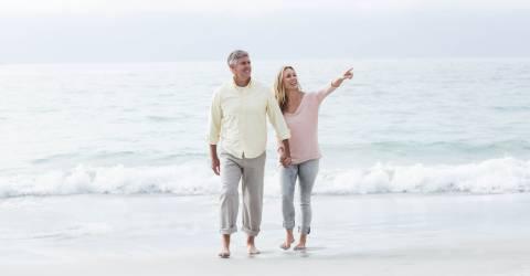 ouder stelletje hand in hand op het strand
