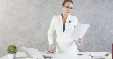 Vrouw met document en laptop