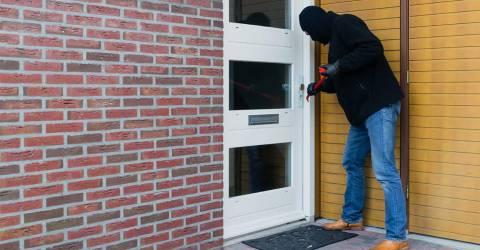 Inbreker probeert de deur te openen