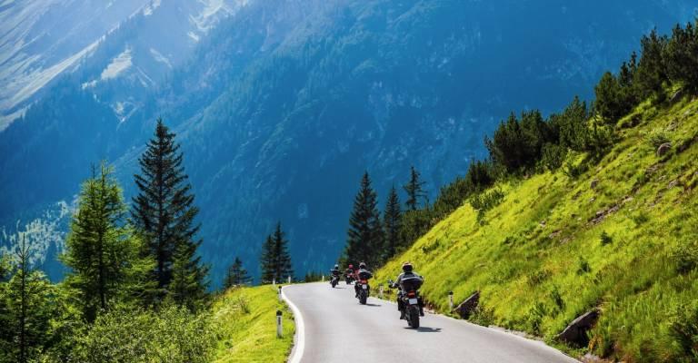 Toeren op motor in bergen