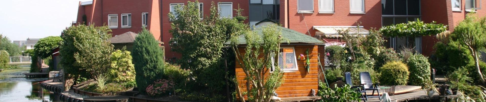 Rij huizen en omgeving aan het water